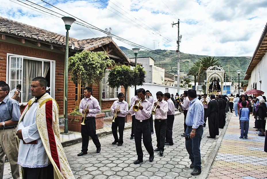 trompetas, banda de pueblo, cruz, Jesus, procesión, via crucis, tumbabiro, imbabura, ecuador