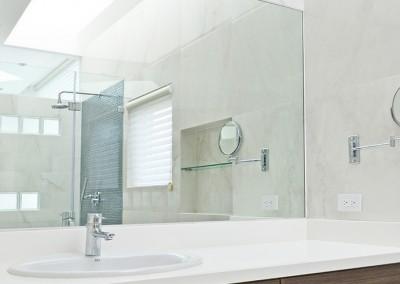 Baño Master, lavabo, todo blanco