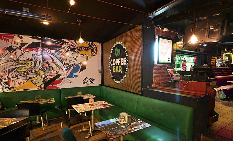Area expandida del Coffee Bar Quito, reciclado industrial