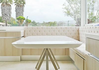 Cocina, residencia Tumbaco, lampara Flos, mesa otawa