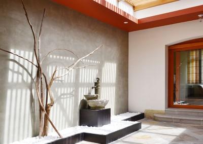 Patio interno, pileta y ramas, arena blanca