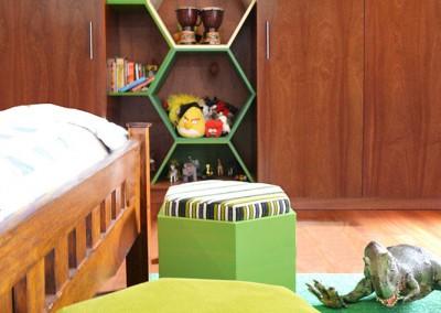 Dormitorio niño, puffs y armario hexagonos