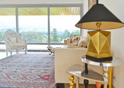 Sala, residencia tumbaco, sofa neoclasico, detalle lampara kare