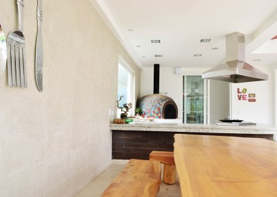 Area BBQ, barbeque residencia tumbaco, horno con mosaico, muebles madera rustica