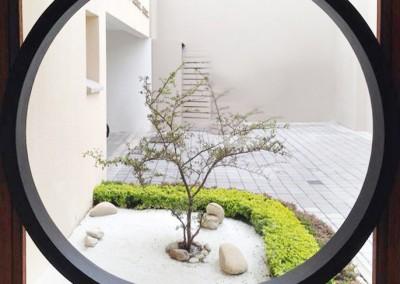Recibidor casa Cumbayá, circulo madera, jardin zen