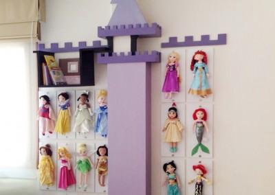Cuarto de niña, juguetero castillo, princesas Disney.