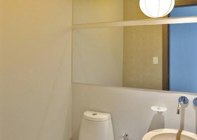 baño social, lampara esfera, diseño interior, sironi, departamento